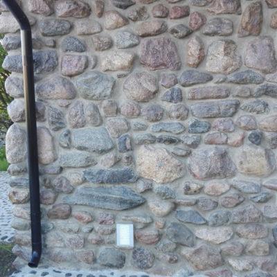 Lakitud maakivid seinal